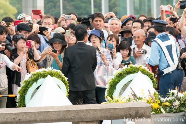 献花された花束(の裏側)、向かって左がオバマ大統領